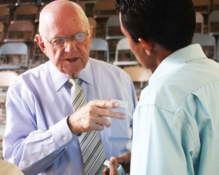 Howard Norton speaks to an attendee at the Baxter Institute's annual seminar in Tegucigalpa