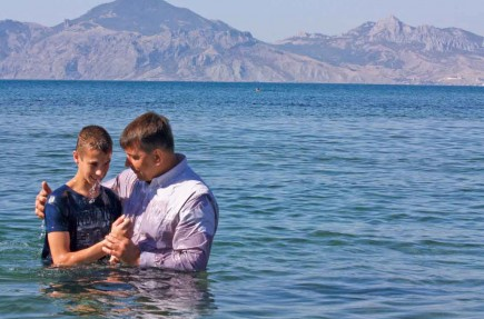 Sasha Prokopchuk baptizes Roman Onischenko during the annual Crimea conference in Ukraine. – PHOTO BY ERIK TRYGGESTAD