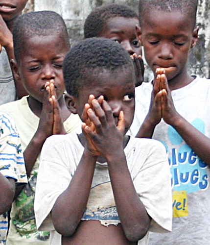 Children pray in Monrovia