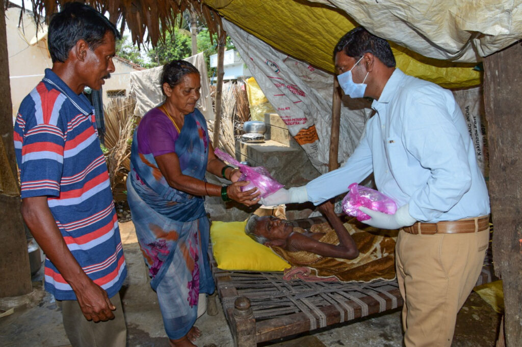 Vijay Madiki delivers hot meals to hungry families in lockdown due to India's COVID-19 pandemic.